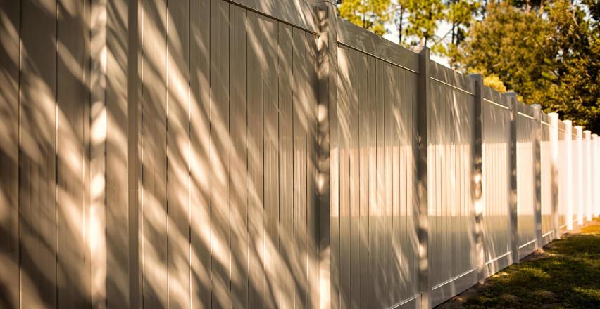 Jak zamontować ogrodzenie betonowe?