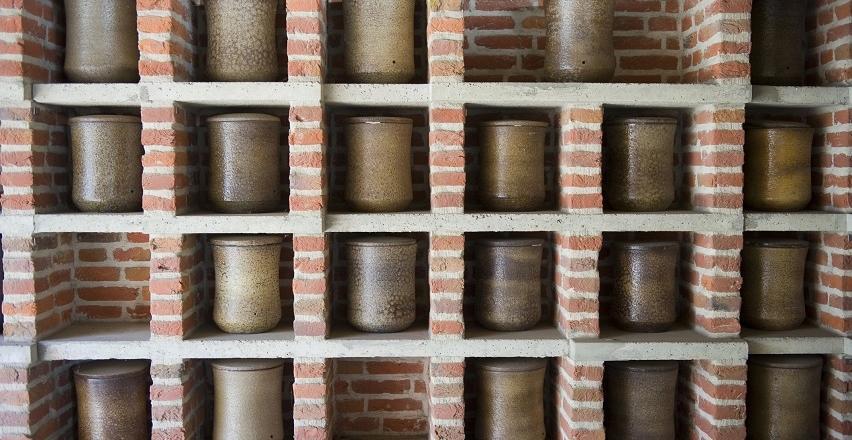 Gdzie wolno przechowywać urny z prochami zmarłych?