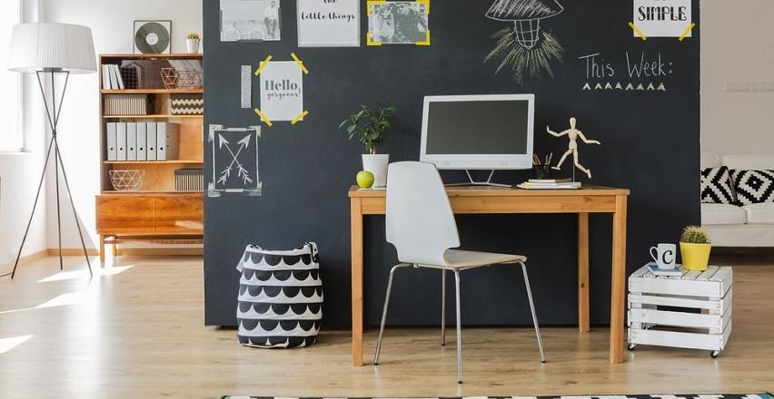 Małe biurko – jak zarządzać przestrzenią?