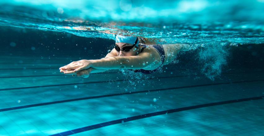 Czy można pływać w soczewkach?