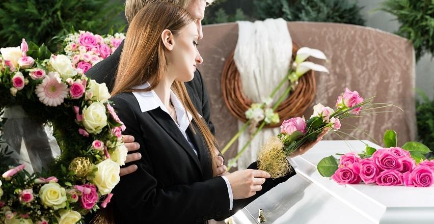 Kwiaty na pogrzeb. Jakie wieńce i wiązanki wybierać?