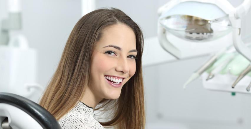 Piaskowanie – skuteczny sposób na piękne zęby