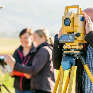 Niezbędne wyposażenie geodety – poznaj je!