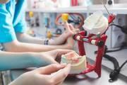 Z jakich materiałów i w jaki sposób wykonuje się protezy zębowe?